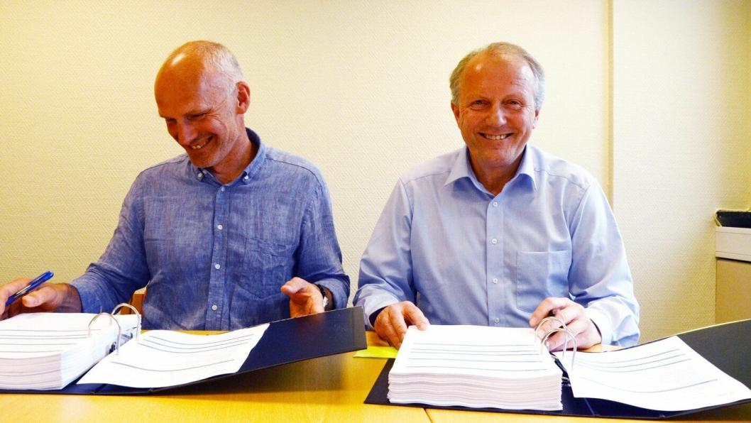 Kontraktssignering ved Geir Haveraaen (t.v.), leder Bymiljøetaten Bergen kommune og Ivar Roland, adm. direktør i Peab Anlegg.