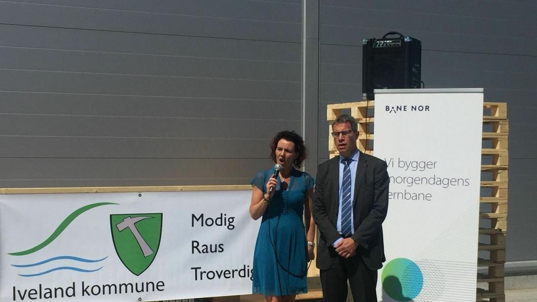 Ordfører Gro-Anita Mykjåland i Iveland kommune sto for den offisielle åpningen sammen med fabrikksjef John Helge Austgulen hos Voss Water. 100 millioner flasker vann ble produsert i 2016.