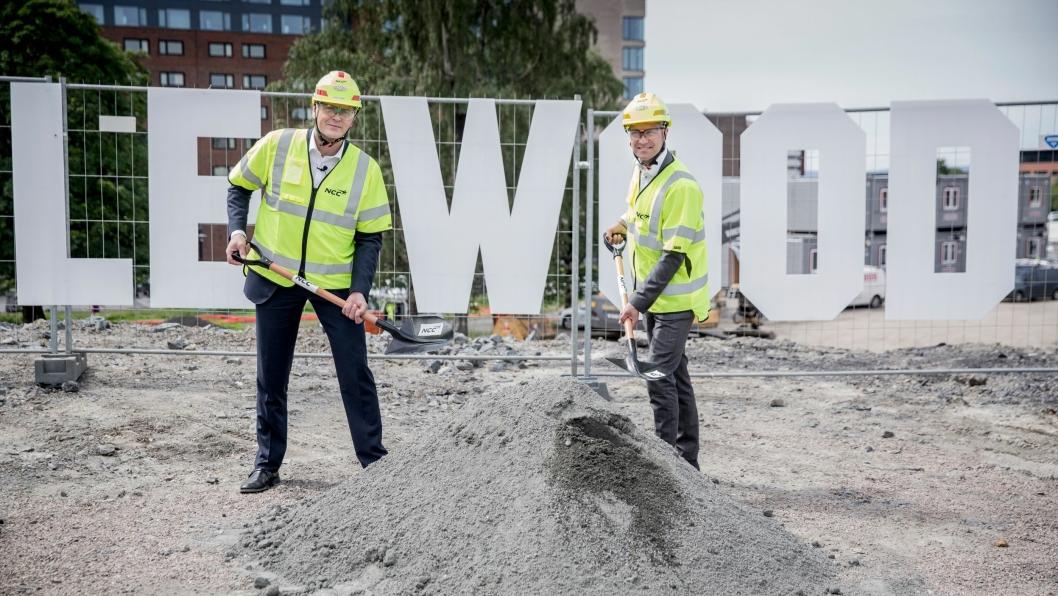 Are Strøm (t.v.) og Manne Aronsson tok første spadetak for NCCs Valle Wood.