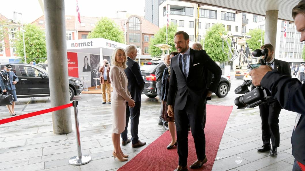 På bildet har ITA-president Tarcisio B. Celesrino, Frode Nilsen og Heidi Berg har akkurat ønsket kronprinsen velkommen til WTC 2017.