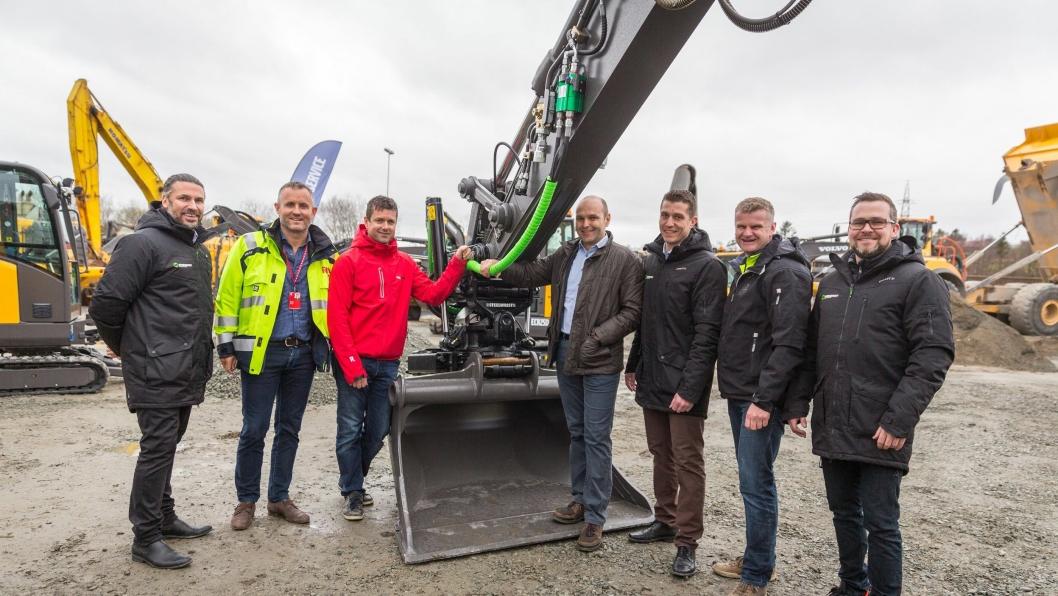 Personene på bildet er fra venstre: Peter Eriksson (Steelwrist), Bjørn Risa, Kjetil Friestad (Risa Service), David Kristianslund, Stian Brække (Steelwrist), Tor Anders Skjæveland (Volvo Maskin) og Johann Gudjonsson (Steelwrist).