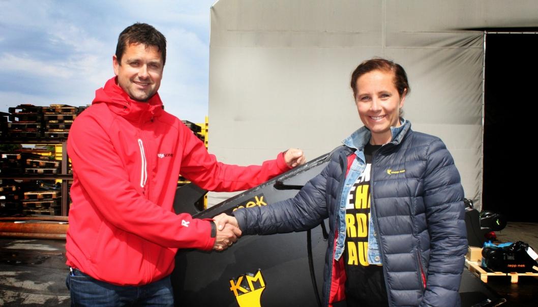 Utleiesjef Kjetil Friestad hos Risa Service og salgssjef Tove Ree hos Klepp Mek inngikk toårsavtale på leveranser av skuffer og hurtigkoblinger.