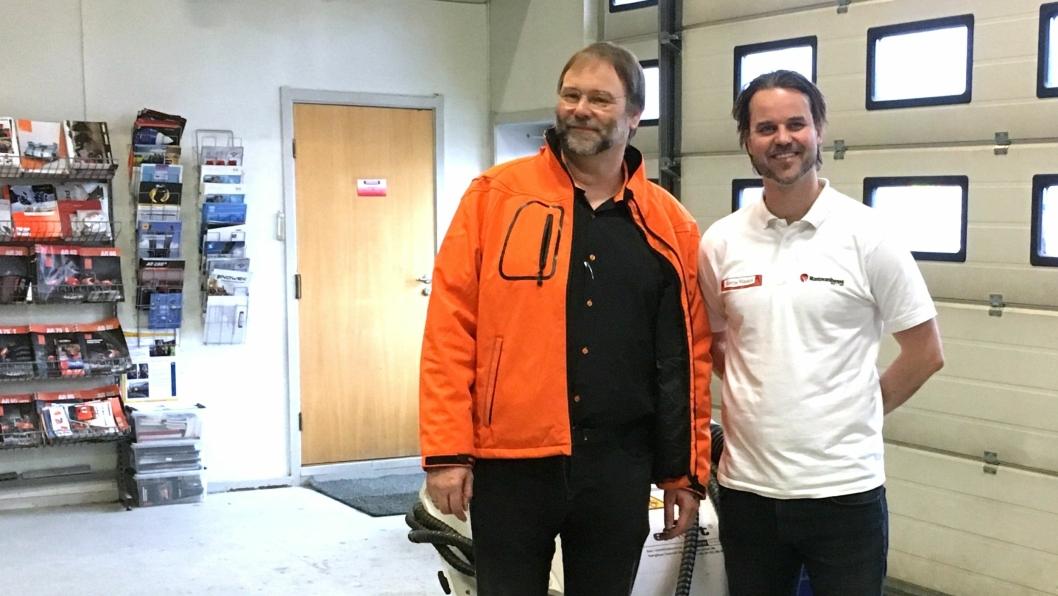 Klaus Ertmer (t.v.) i Erket og daglig leder Kristian Skjetne i Skjetne Maskin signerte kontrakt på import av kuttere og spesialmaskiner.