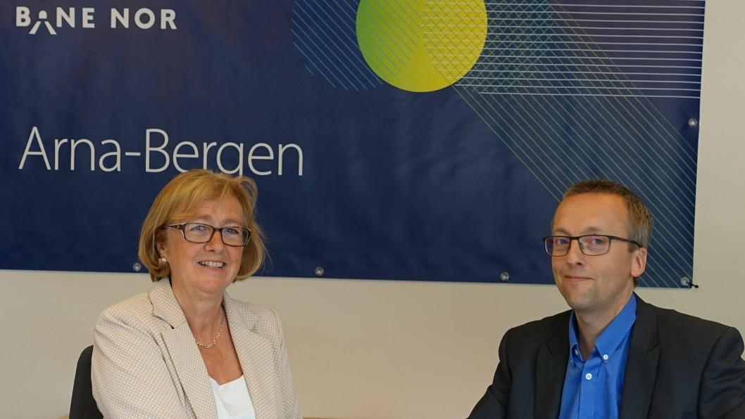 - Vi ser frem til å samarbeide med Skanska om dette prosjektet, sa utbyggingsdirektør Helga Nes i Bane Nor ved signeringen av prosjektet Arna Stasjon. Prosjektleder i Skanska, Mons Egil Lien, kvitterte på sin side med å takke for tilliten.