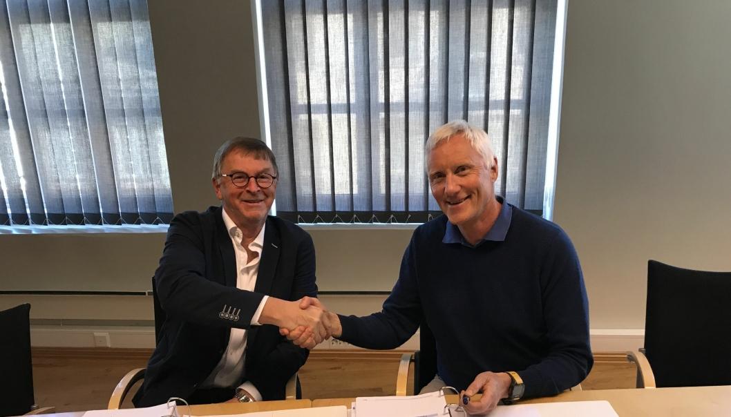Styreleder Kåre Ytre-Eide i Trondheim Spektrum AS signerte kontrakten med distriktsleder Ståle Brovold i Veidekke Entreprenør i Trondheim.