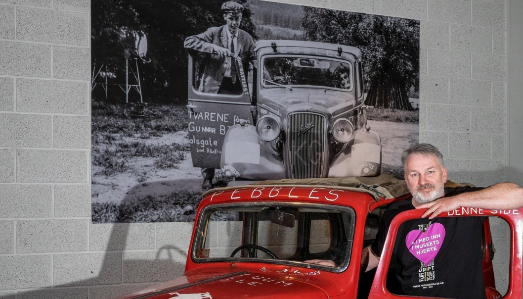 Fagleder Frode N. Børfjord foran Halvor Skøiens russebil. Bilen er en 1938-modell Austin Ten Conway kabriolet, produsert av Austin Motor Company i England, og ble brukt som russebil i Oslo i 1965.