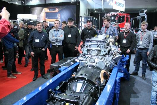 Elektromotoren sitter mellom dieselmotoren og girkassen. Dette gjør at elektromotoren kan assistere dieselmotoren ved behov.