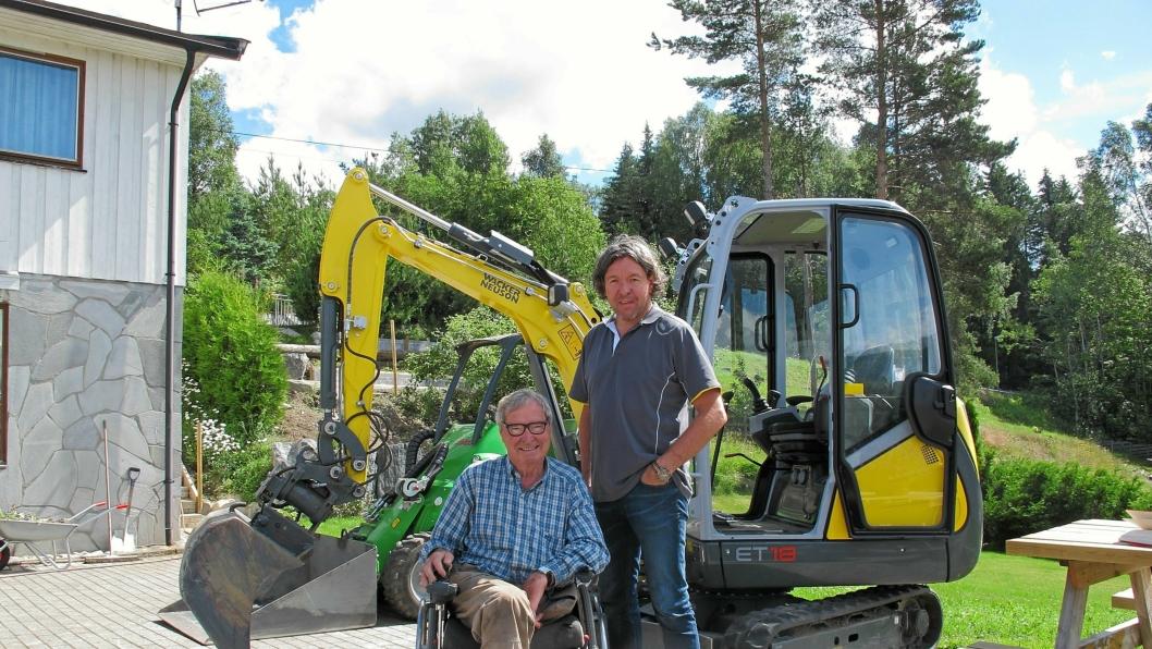 HANDEL: Helge Bråten i rullestol sammen med Wacker Neuson-selger Jan Gunnar Halstvedt foran den nye minigraveren ET 18.
