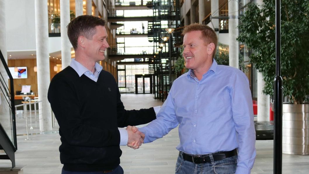 Salgsdirektør Ole Petter Novsett i Disruptive Technologies (t.v.) og daglig leder Jan Indvær i Mobile Worker inngikk avtale om samarbeid.