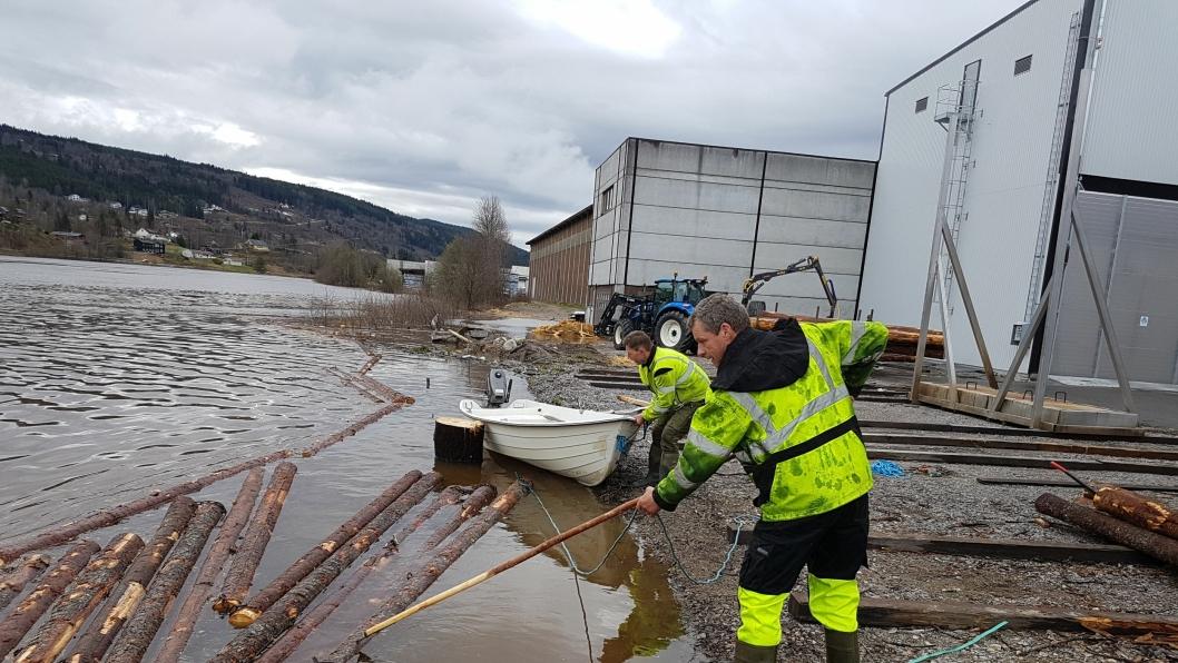 Direktør Runar Pettersen sier at vannstanden i elva ved Moelven Trysil har steget med over 2,5 meter på under ett døgn.