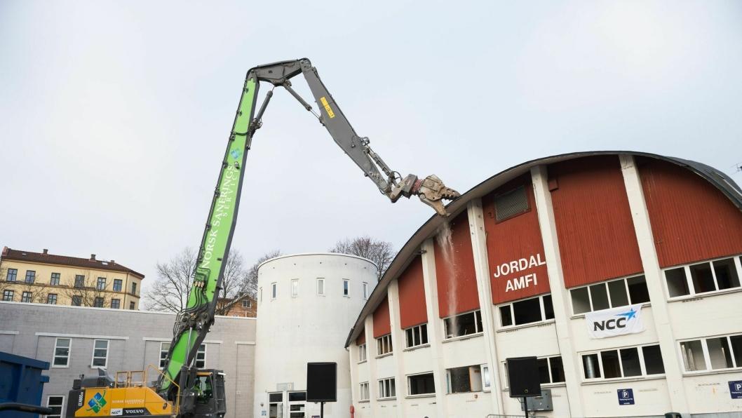 Volvo rivemaskin på biodiesel i arbeid for Norsk Saneringsservice. Bildet er fra rivingen av Jordal Amfi i Oslo. Dette er en fossilfri anleggsplass med Kultur- og idrettsbygg Oslo KF som byggherre.