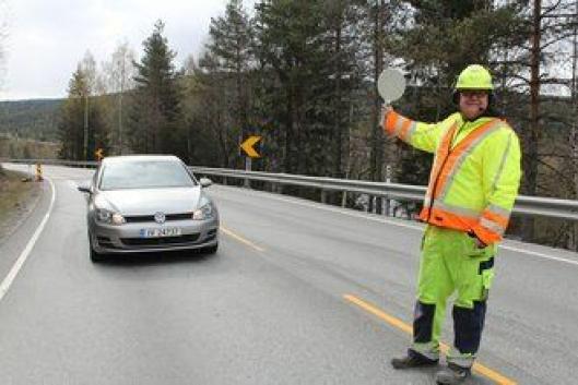 Operatør i NCC, Stian Gjermundbo Bakken, kjenner økt trygghet på jobb som trafikkdirigent når mobile fartsdumper brukes ved veiarbeid.