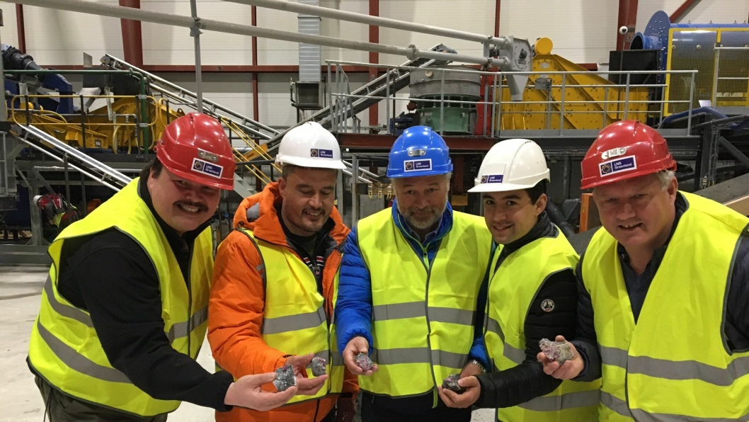 Nå er uttak av rubiner på Grønland i gang. Her fra den offisielle åpningen, inne i prosess-senteret. Fra venstre: Karsten Høj (Venture Greenland, investeringsselskap), Kim Kielsen (statsminister), Frode Nilsen (LNS), Mute Bourup Egede (minister for råstoff) og Benn Eidissen (norsk investor).