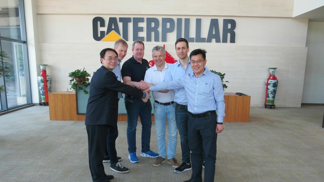 På bildet fra venstre Chase He (HR-director i Caterpillar Xuzhou), Jarle Kleppan (salgsdirektør i Pon Equipment AS), Roger Kjenås (daglig leder i Isachsen Maskin), Frank Ole Sørensen (daglig leder i Hæhre Maskinutleie), Pål Brandvold (storkundeansvarlig i Pon Equipment AS), Arthur Liu (Operations Manager i Caterpillar Xuzhou).