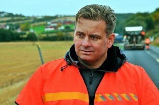 Sjefsingeniør Even K. Sund i Statens vegvesen ber om respekt for skilting og arbeidere ved asfaltarbeider.