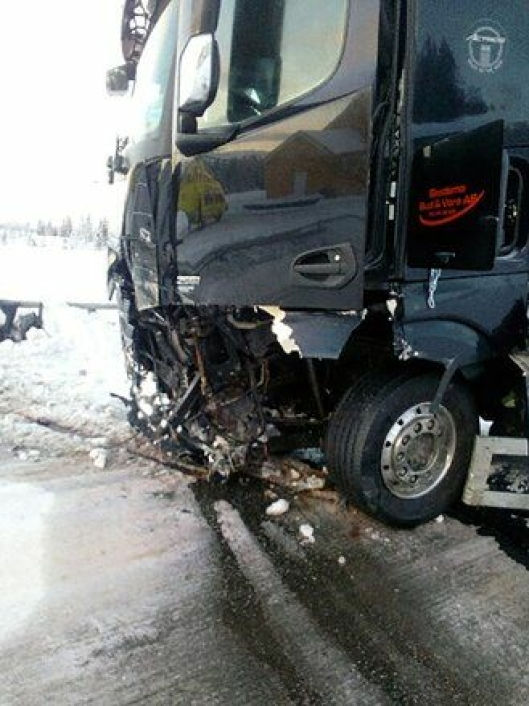 Lastebilen han kjørte ble vrak etter ulykken. Alt inne i hytta var slått løst.