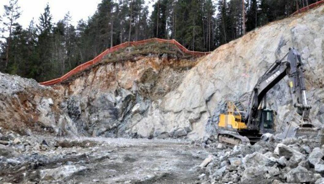 Steinsprut etter to sprengninger ved Moane øst lørdag gjør at videre arbeid er stanset.