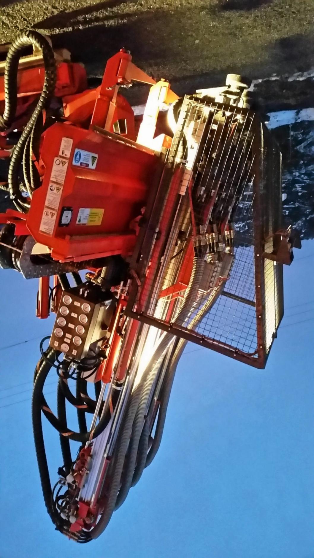 Boreapplikasjonen fra Sandvik som ble levert til Lundhs i Larvik i 2016 hadde det foreskrevne buret (bildet). Dette ble imidlertid fjernet etter at Sandviks verdensnyhet «Non Rotating Rods (NRR)» ble montert.
