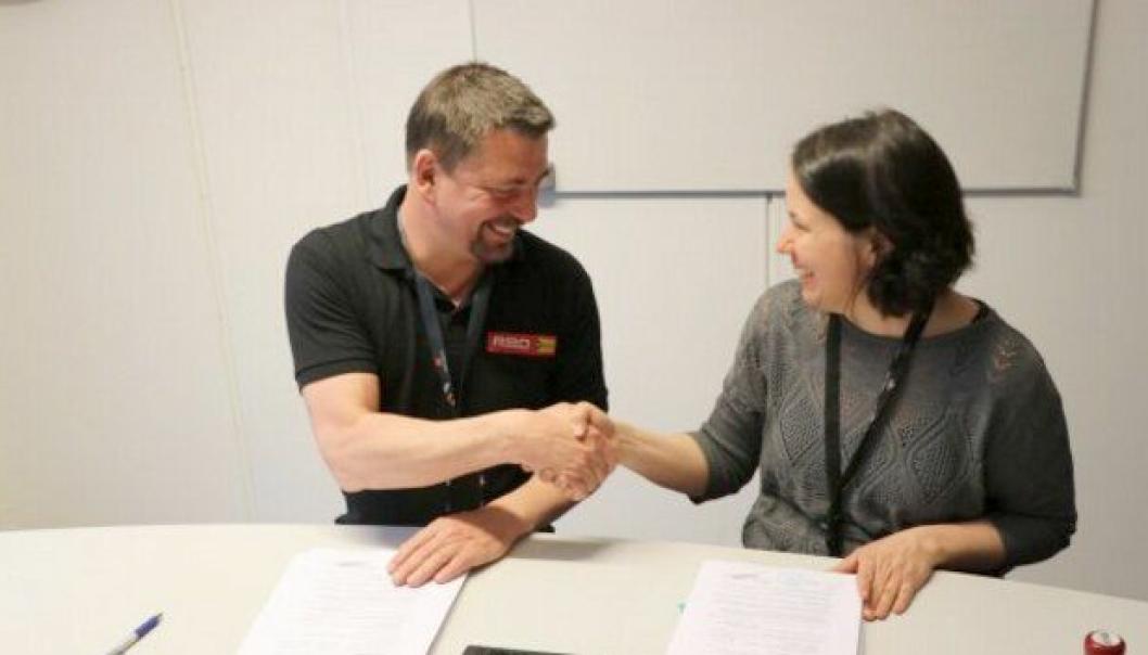 Per Ivar Winsnes og Janne Staulen Venes signerte kontrakten på veibygging i Sør-Trøndelag