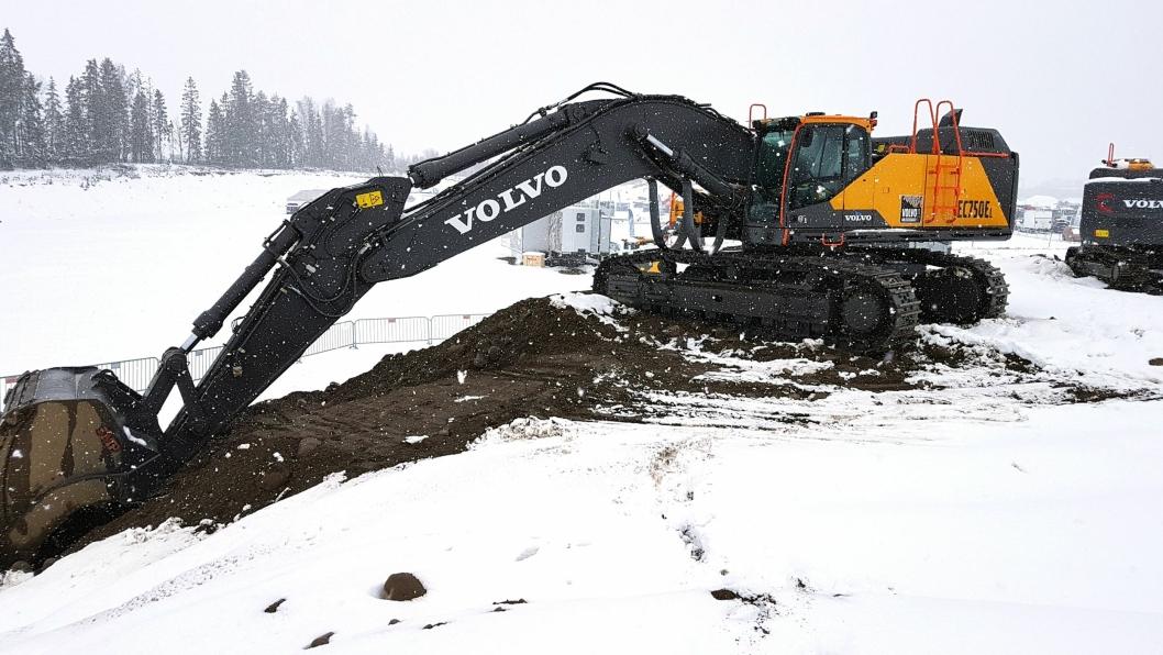 Grav med denne maskinen (EC750EL) i denne haugen. Da AT.no var på pressedag var det snøvær. Denne snøen er smeltet når det er åpen dag 5. og 6. mai.