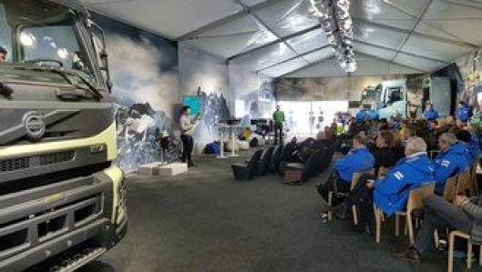 I det største teltet holdes foredrag. På bildet  forteller Sasko Cuclev fra Volvo Trucks om siste nytt fra selskapet. I teltet står to delte Volvo-førerhus, en simulator og to Volvo-motorer.