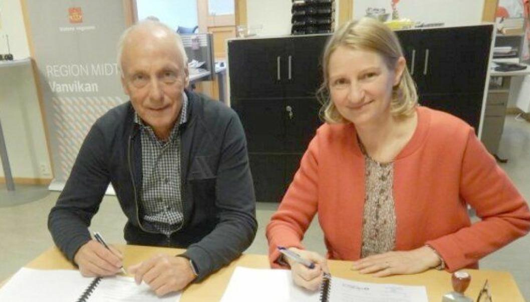 Tore Løkke, daglig leder i Tore Løkke AS, og Hanne Louise Moe, prosjektleder i Statens vegvesen, signerte kontrakten om utbedring av fylkesvei 710 mellom Brekstad og Krinsvatn.