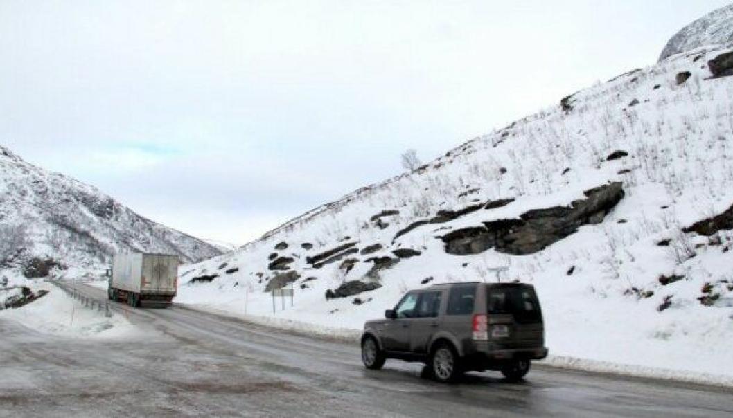 Kjøretøy på vei opp Grøtfjordfjellet får forskjørsrett, mens kjøretøy på vei i motsatt retning får vikeplikt.