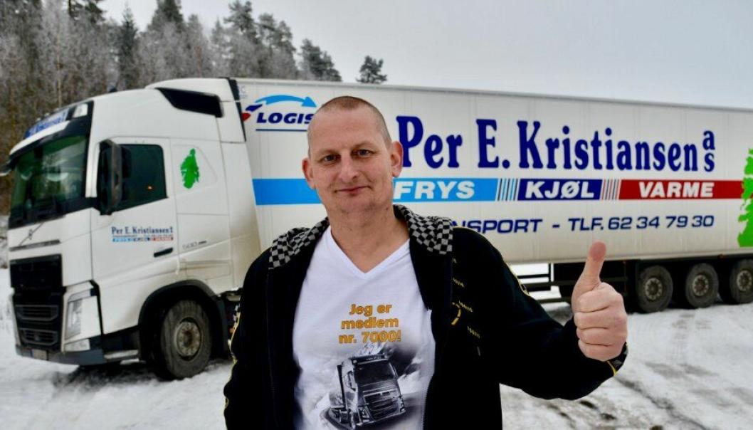 Ingen er vel i tvil om at Simen Tangnes setter pris på medlemskap nr. 7000 i Volvo Norge Sjåførklubb.