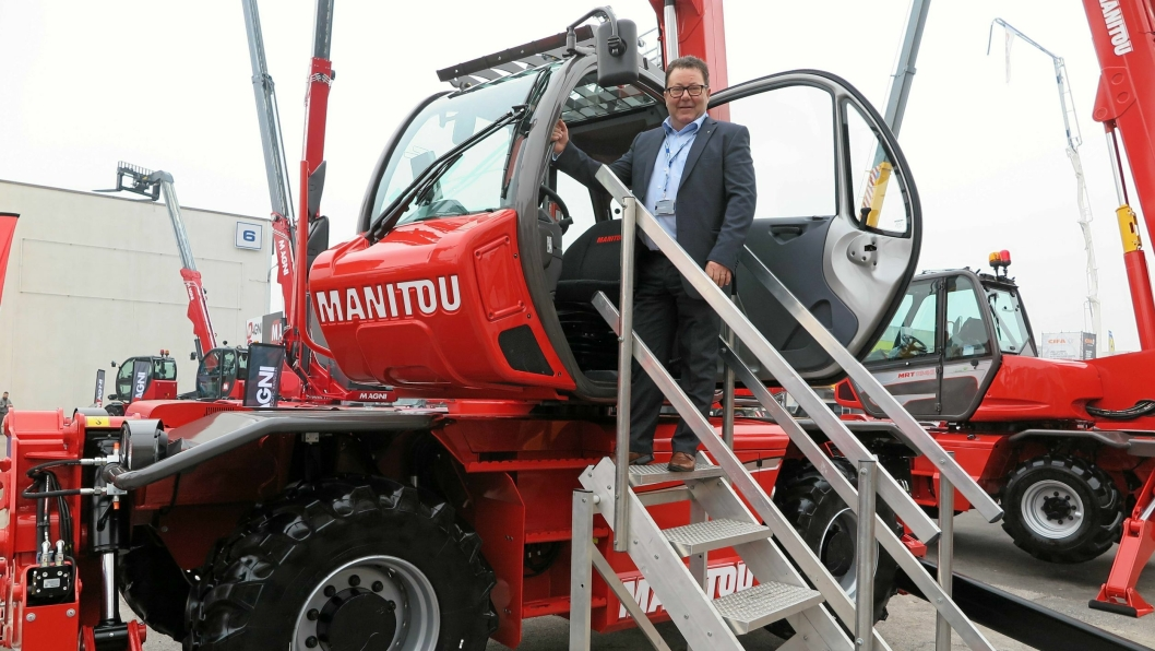 Hesselberg-direktør Kai Paulshus poserte villig på en Manitou-maskin da vi møtte ham på maskinutstillingen Samoter i Italia nylig.