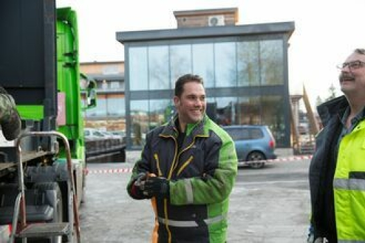 Sjåfør Kjetil Pedersen sjekker at stroppene sitter.