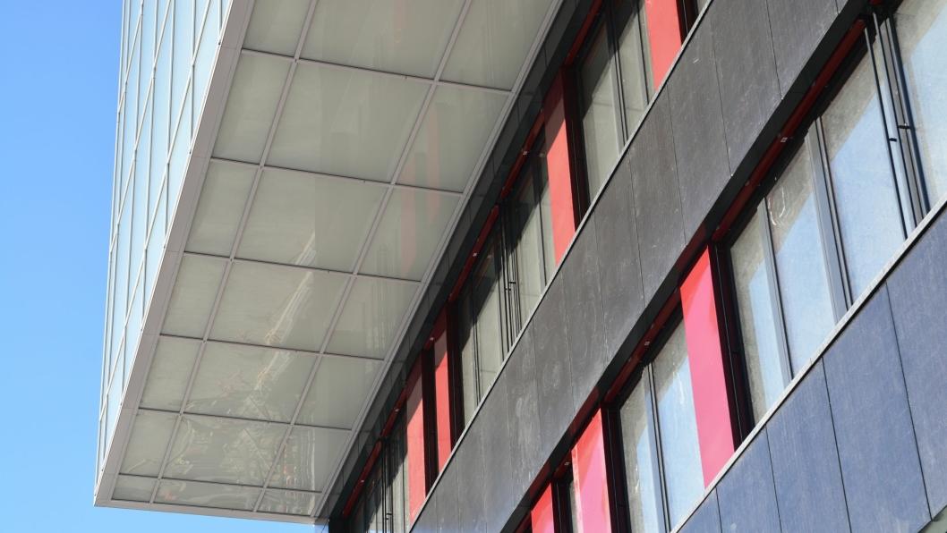 Sola leverer byggestrømmen I resten av byggeperioden på Brynseng skole. Solcellene i fasaden leverer strøm, mens varmepumpupene som er koblet til energibrønner hundre meter ned i bakken, leverer varme.