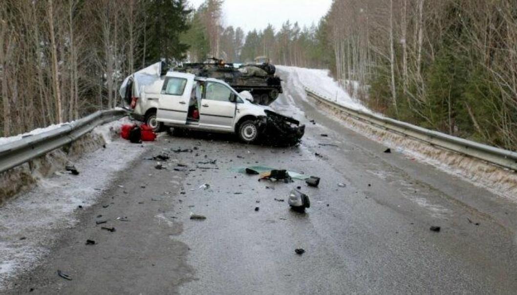 Dødsulykke, møteulykke mellom panservog og varebil, i Snåsa kommune, Nord-Trøndelag.