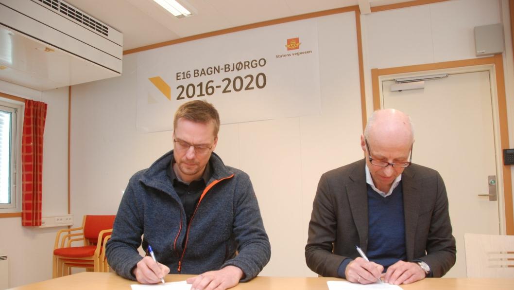 Statens vegvesen og Skanska har undertegnet en forseringsavtale for E16 Bagn-Bjørgo som sikrer åpning av veien i 2019 i stedet for 2020. Prosjektleder Bjarte Næss i Skanska og regionvegsjef Per Morten Lund (t.h.) undertegnet avtalen.