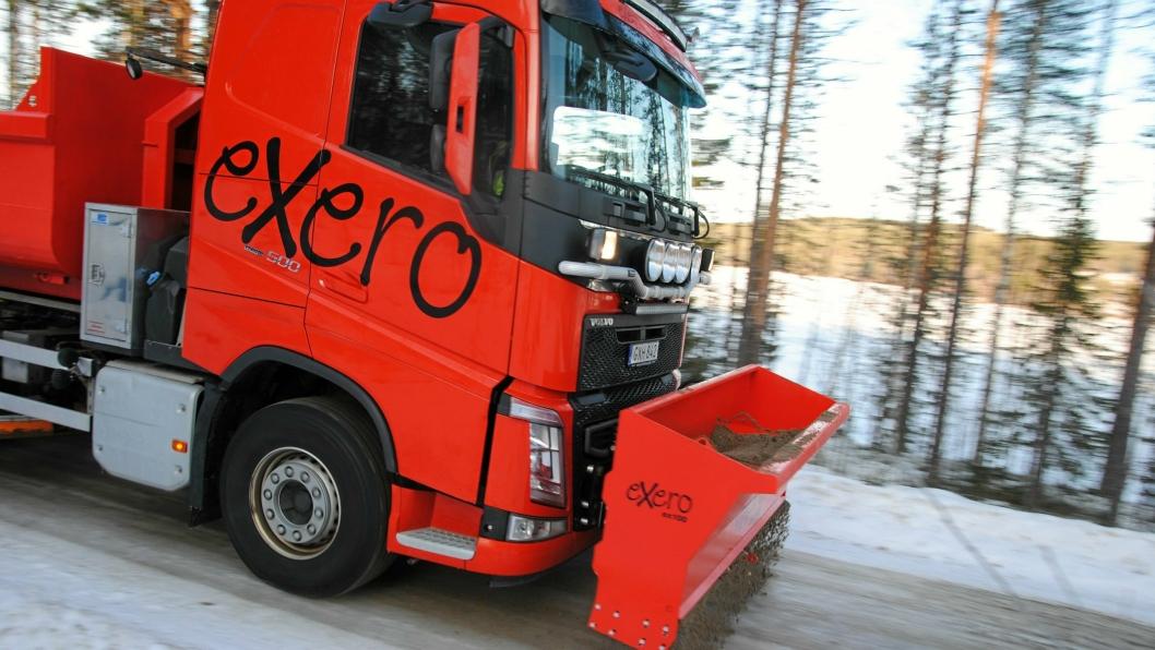 Svenske Exero har laget en spreder for montering foran på brøytefestet på lastebil.