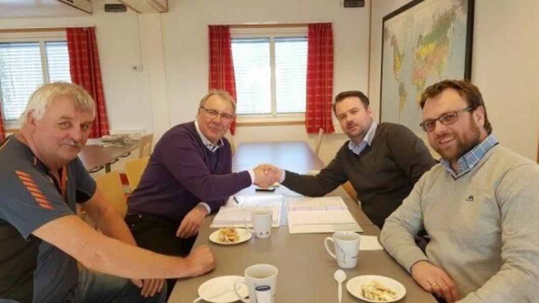 Prosjektleder for Rv 3/25 Ommangsvollen Grundset, Taale Stensbye (t.v.) og prosjektleder i JR Anlegg AS, Jon Arve Rognerud signerte kontrakten. Foran (t.v) SVVs byggeleder Stein Søbakken og JR Anleggs anleggssleder Jon Olav Mo.