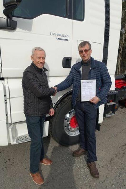 Bilen ble utlevert på Fjellhamar av produktsjef hos MAN, Arne Tvenge, til dens nye eier Egil Emdal.