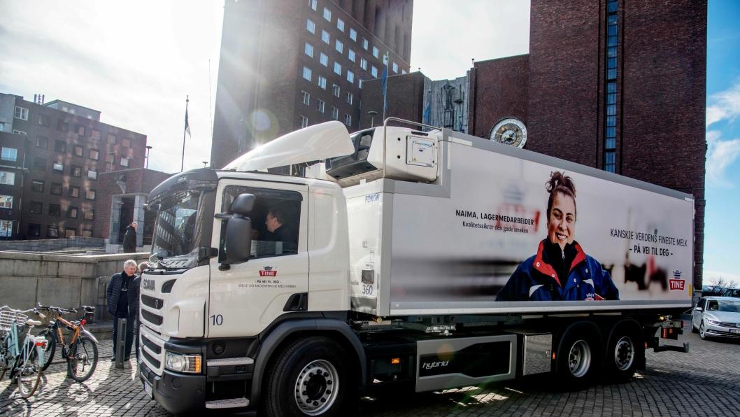 BYBIL: Tine vil være med å skape bedre luftkvalitet i Oslo sentrum. Nå tar de i bruk selskapets første hybride lastebil.