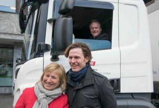 BYRÅDSLEDER: Raymond Johansen fikk prøve den nye hybridlastebilen en liten tur rundt rådhuskvartalet. Tines Aniela Gjøs og Pär Landen fra Scania måtte stå igjen.
