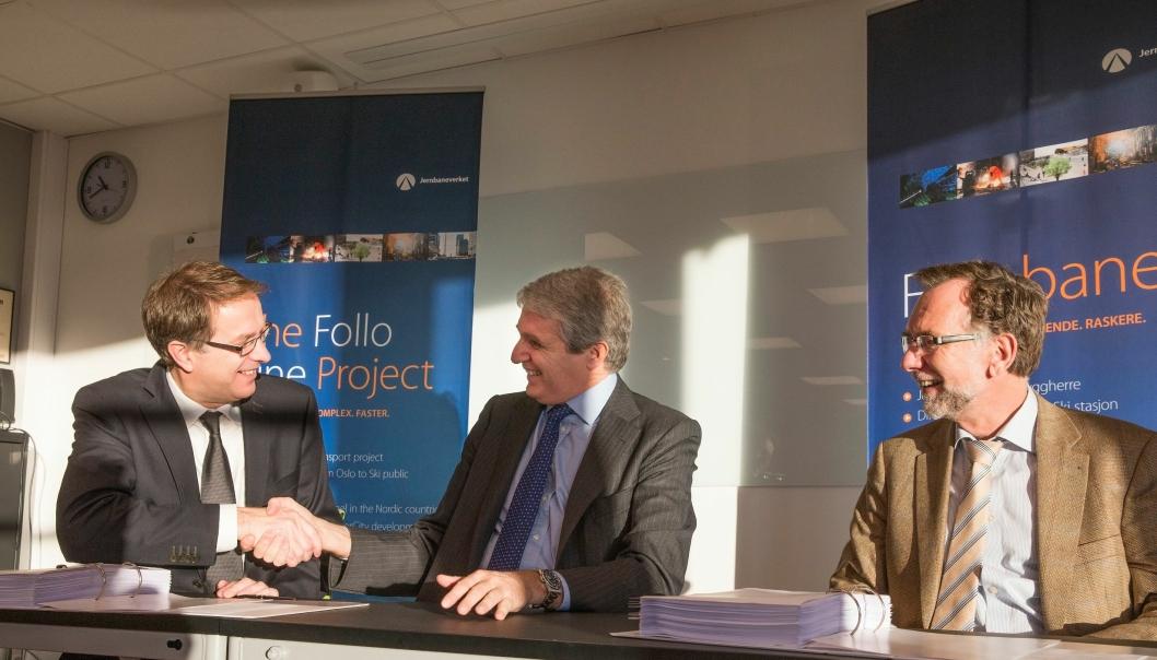 Bilde fra desember 2015, da Gunnar Løvås fra Jernbaneverket (til venstre) tok Duccio Astaldi fra Condotte i hånda og forseglet signeringen, med prosjektdirektør Erik Smith til høyre.
