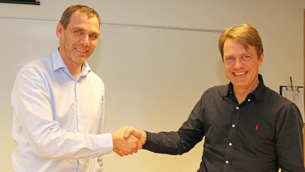 Statens vegvesen v/avdelingsdirektør Nils Kårbø (til venstre) og Peab Anlegg AS v/distriktsjef i Peab Anlegg, distrikt øst, Morten Sjøli har signert kontrakt om drift og vedlikehold av vegnettet i Romerike øst.