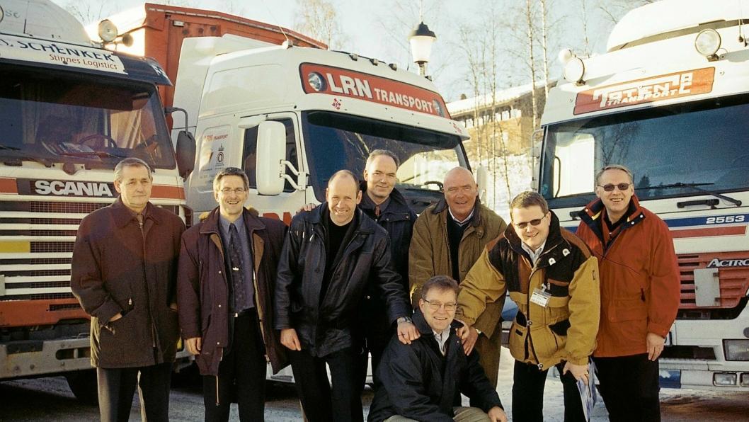 Etableringen av Multisped i 2002. Stående fra venstre: Erik Johansen, Raufoss United, Sverre Narvesen, Raufoss Industripark, Maarten Bech, Schenker, Roy Jakobsen, Hydro Automotive Structures, Per Anton Røise, LRN Transport, Terje Eriksen, Toten Transport, Iver Myrhaugen, Nammo. Foran Stig Morten Pedersen, daglig leder i det nyetablerte selskapet, Multisped AS.