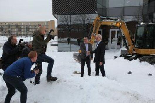 Det var stor oppstandelse da, Frode Dahl hos Felleskjøpet og Erik Sollerud hos Pon forseglet avtalen med et håndtrykk.