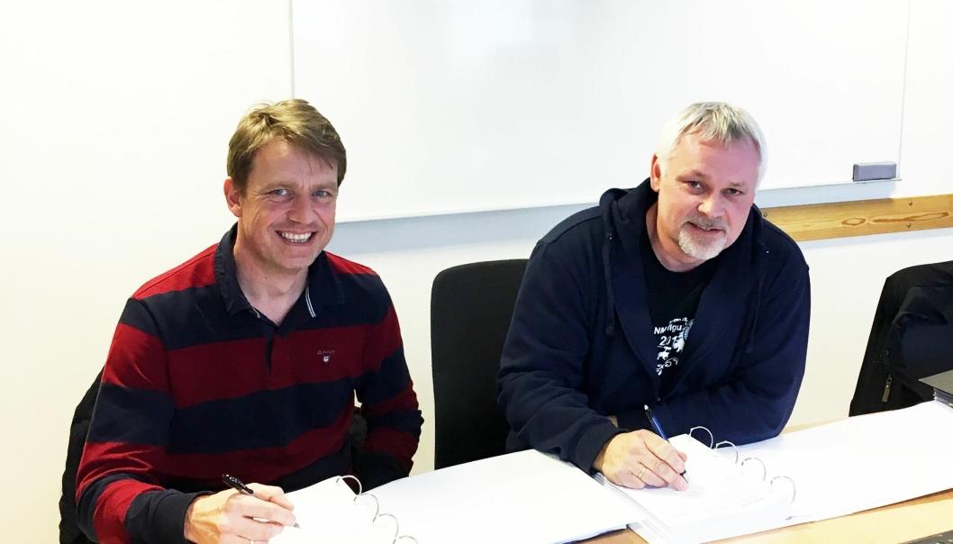 Kontraktssignering ved Morten Sjøli i Peab og Werner Halvor Moen i Bane Nor.