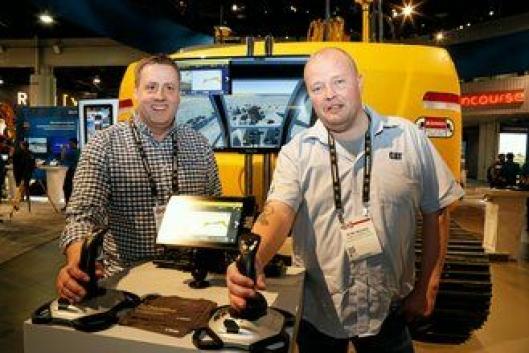 Rune Madsen (t.h) i Roald Madsen AS kjøpte også nye Trimble Earthworks. Maskinstyringen leveres i april og skal monteres på en Cat 326 som ikke har maskinstyring. Selger av løsningen er Pon-selger Per Gunnar Hansen (t.v).