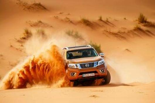 SAND: Å kjøre i snø er vanskelig. Å kjøre i sand skulle vise seg like vanskelig da Nissan inviterte til ørkenkjøring med Navara.