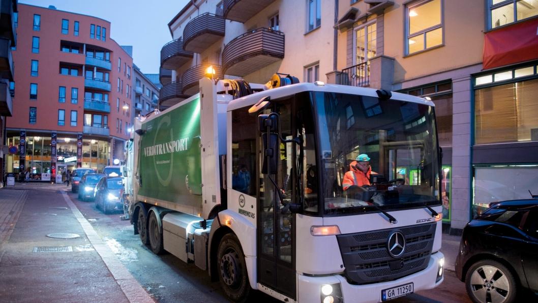 Veireno AS er konkurs, men selskapets biler forsetter å hente avfall. Nå er de direkte underlagt Renovasjonsetaten og mannskapene er kommunalt ansatte.