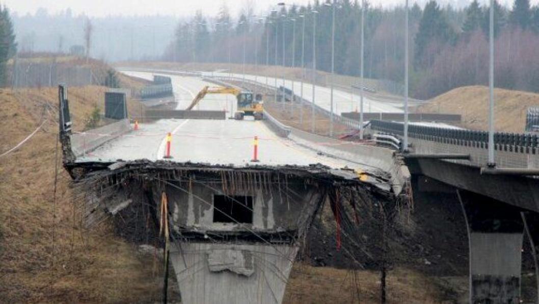 Regjeringen ønsker å bevilge 100 mill. kroner ekstra i årets budsjett til å dekke kostnader i forbindelse med at E18 Skjeggestad bru måtte rives og begges på nytt.