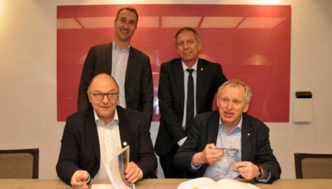 Konserndirektør Steinar Myhre (foran til venstre) og regionvegsjef Torbjørn Naimak i Statens vegvesen signerte torsdag 9. februar kontrakten for prosjektet E6 Helgeland sør. Bak står administrerende direktør Ståle Rød i Skanska og vegdirektør Terje Moe Gustavsen.