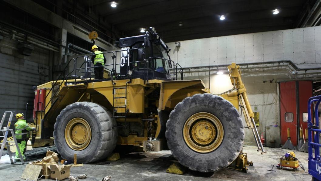Denne hjuldozeren er en av gruvemaskinene fra Sydvaranger Gruve-konkursen som skal selges på auksjon i Nederland. Bildet er fra Pon Equipments verksted ved Bjørnevatn, tatt da AT.no var på besøk i november 2013.