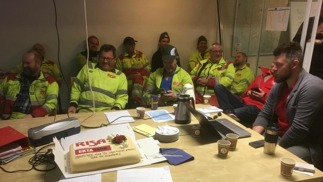 Uke 6 feriet alle Risa-ansatte den gode skadestatistikken med kake. Her fra lagmøte i Stavanger-kontrakten.